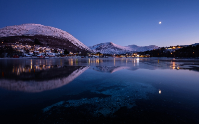 norway-mountains-evening-lake-cities-night-2t-2880x1800